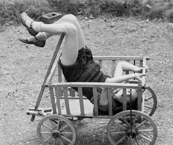 Vintagegirl im Bollerwagen