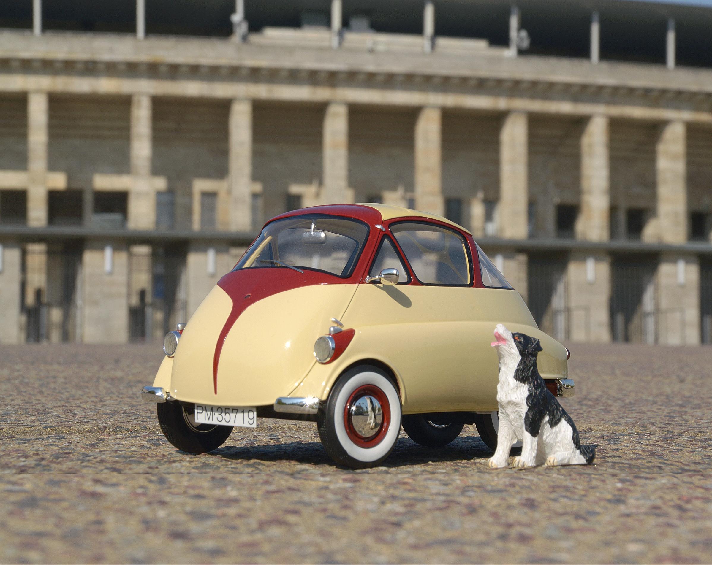 Isetta-Modell von Schuco vor dem Haupteingang des Berliner Olympiastadions.
