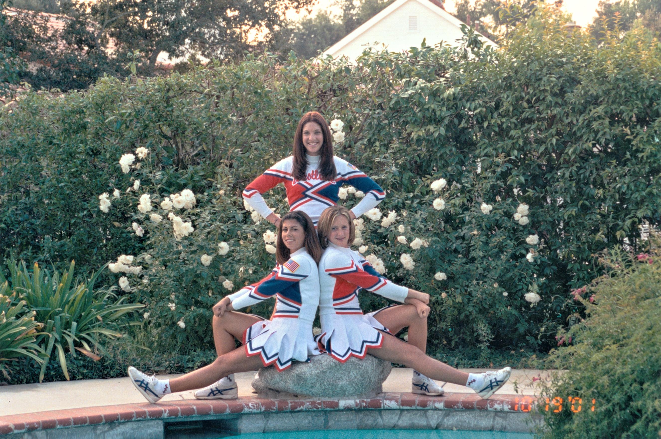 Cheerleader am Pool auf Stein