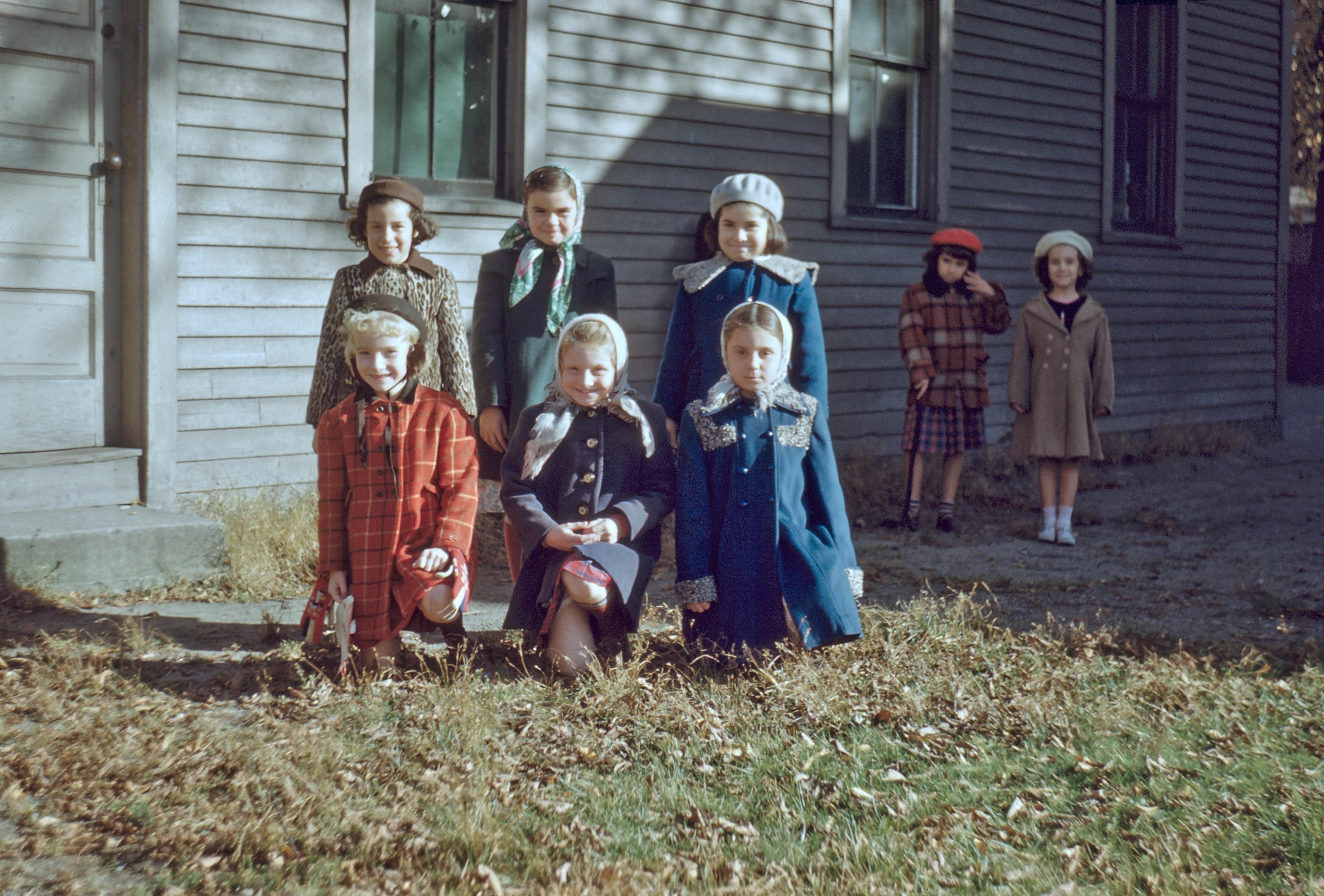 Acht vor Holzhaus,  USA 1950
