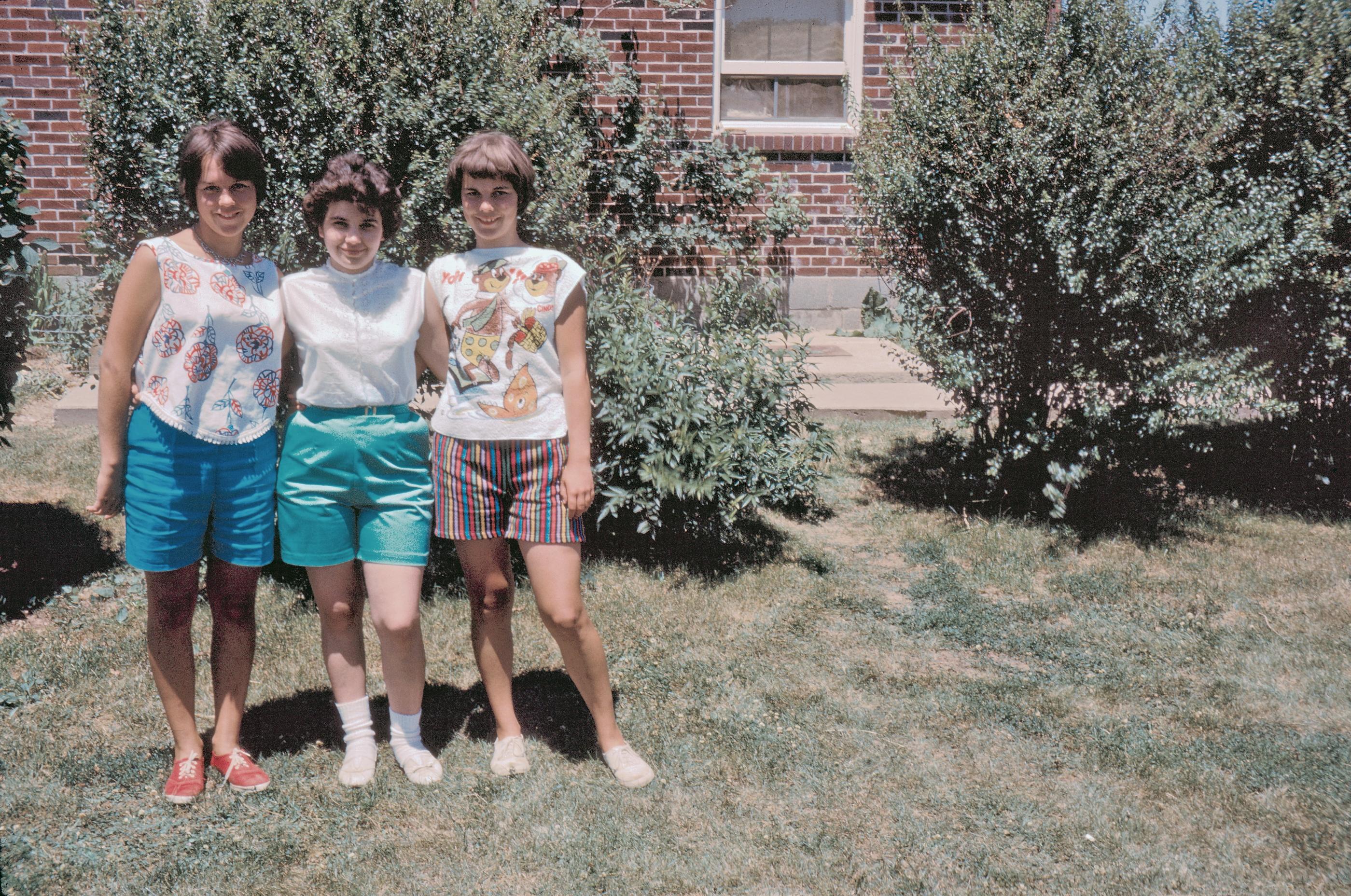 Drei im Garten mit Yogi-Baer, USA, 1962