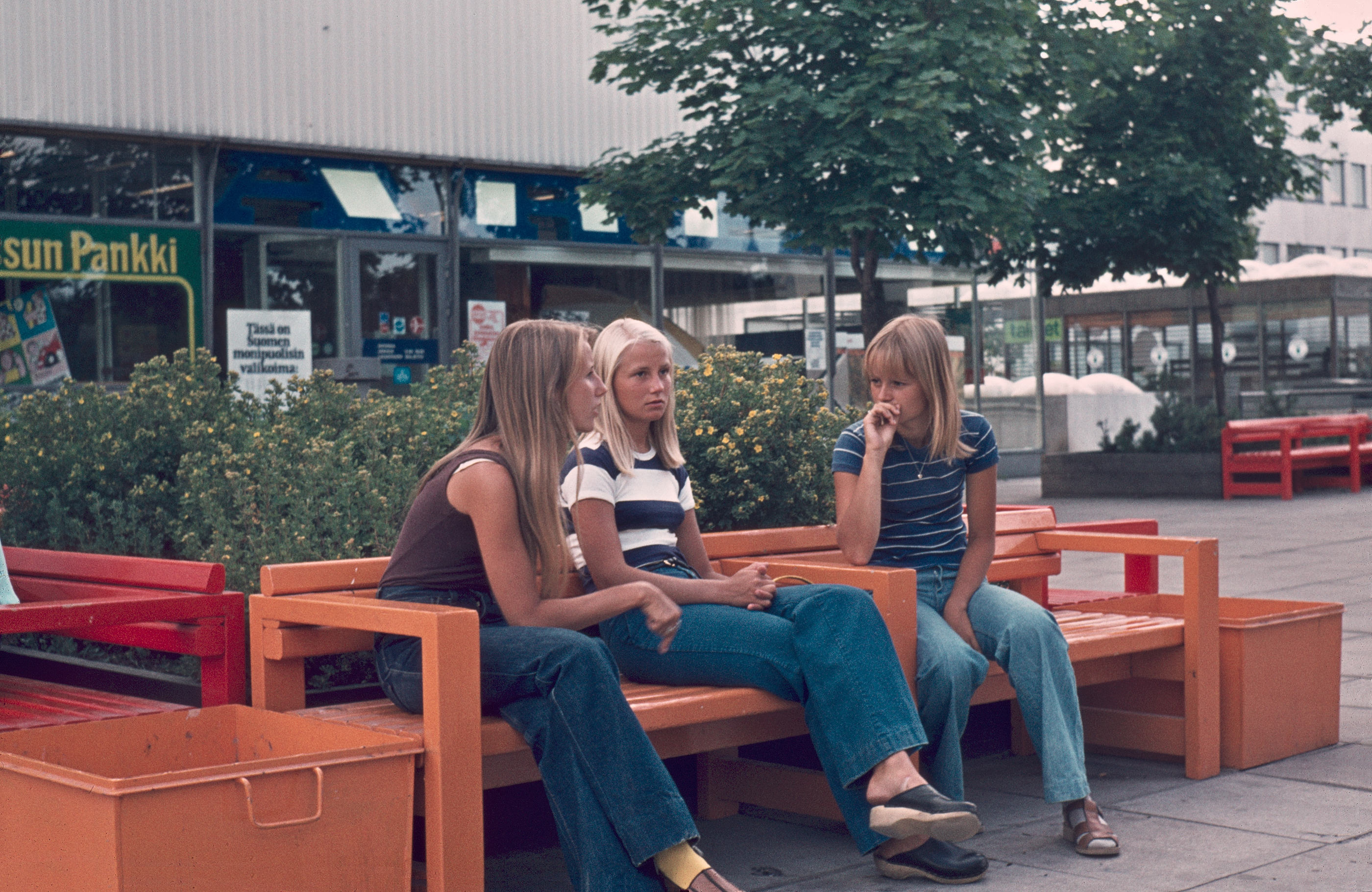 Drei auf Bank in Einkaufszone in Finnland, 1975