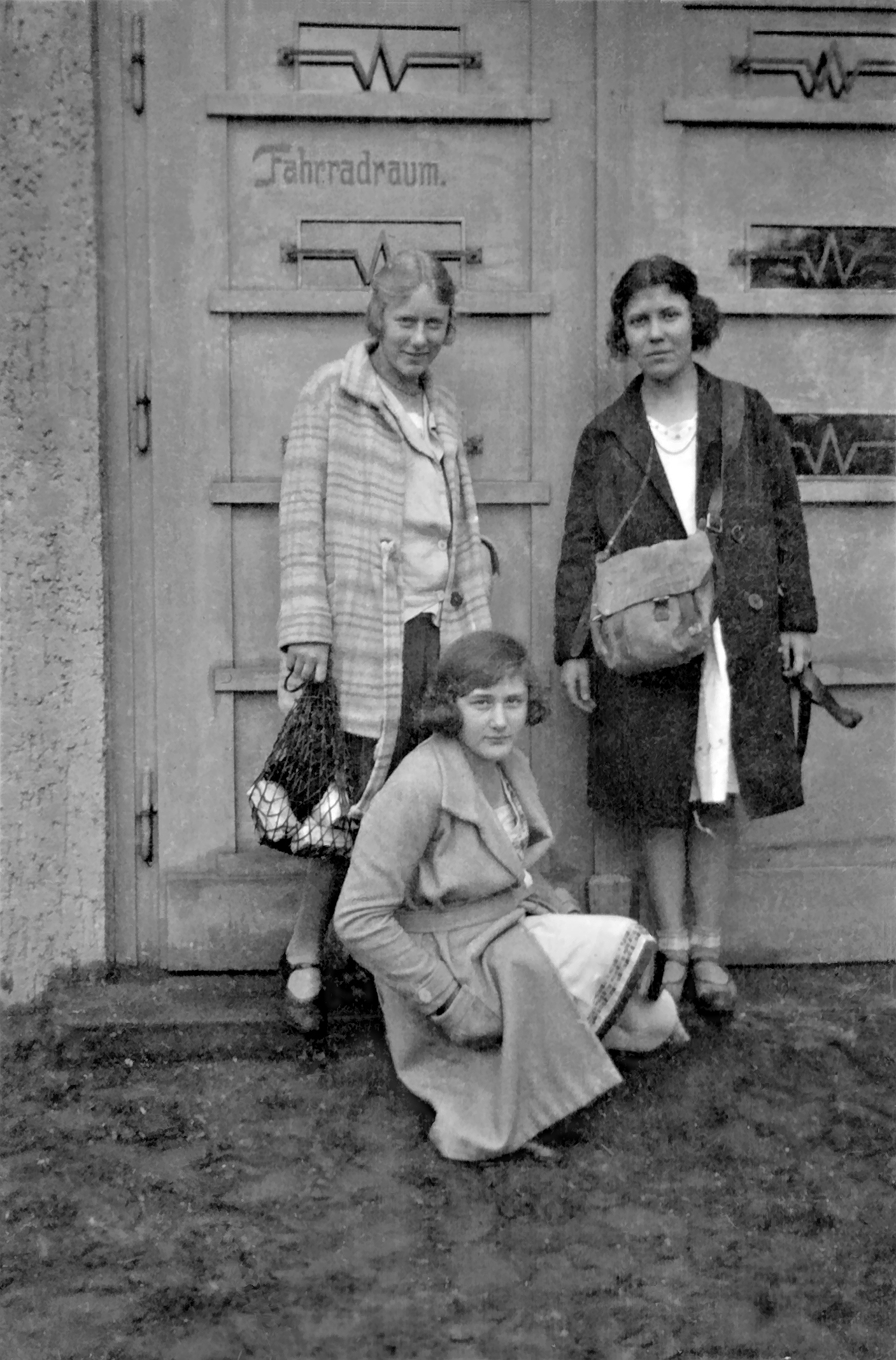 Vor dem Fahrradraum, 1930